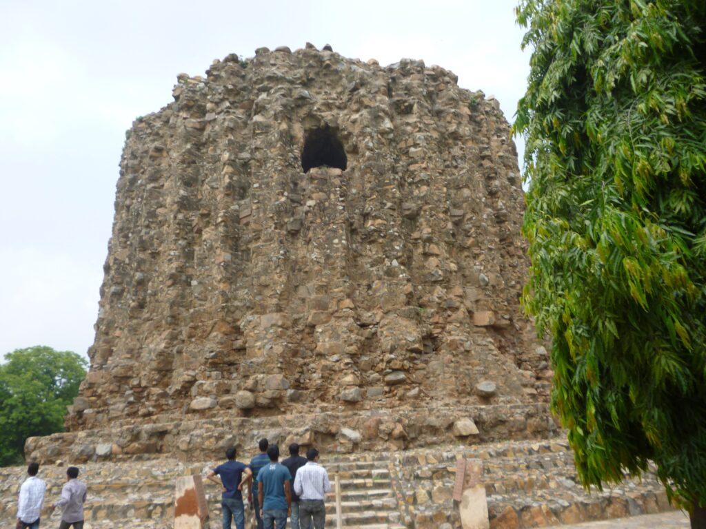 建設中に当時のハルジー朝のスルタンが暗殺され、建設中断となった。