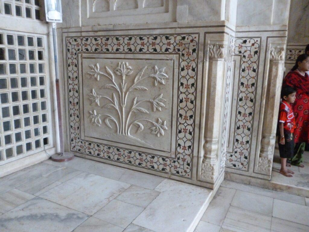 タージ・マハルの装飾の色付けは貴石を使用していた。豪華絢爛