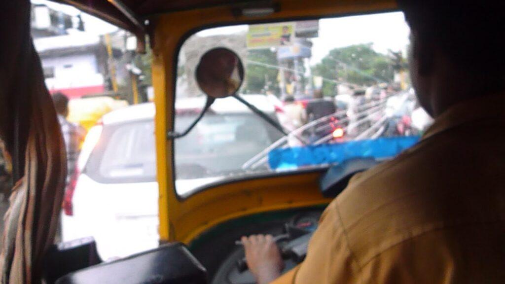 フロントガラスが割れた3輪者タクシー「リクシャー」
