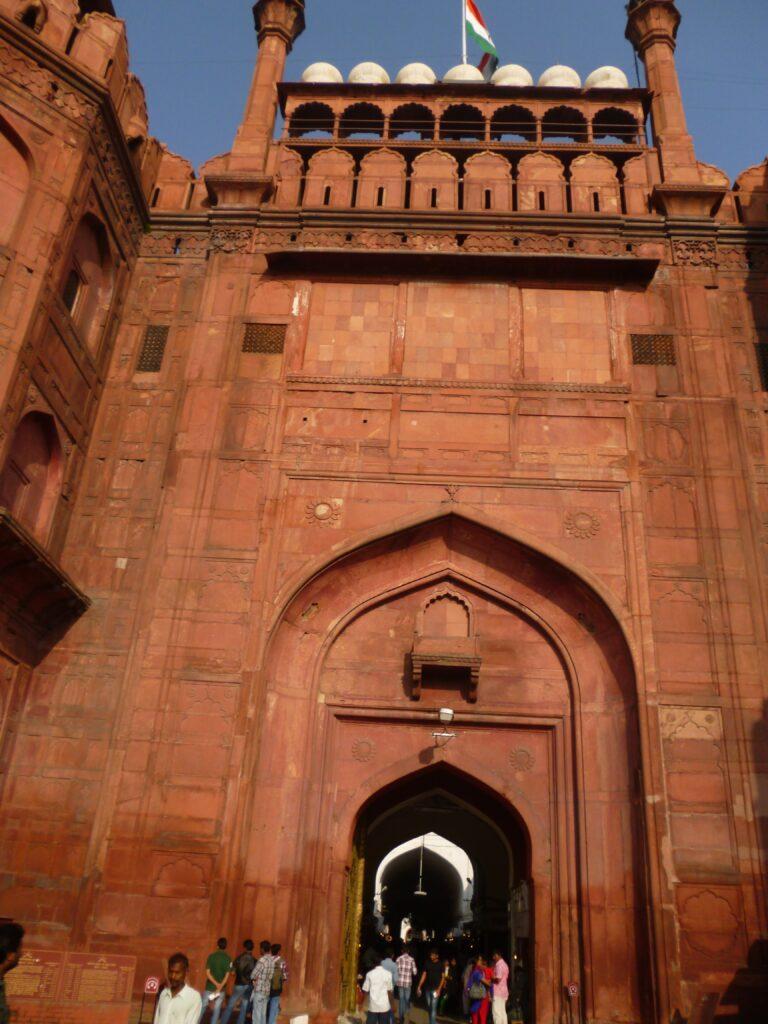 ムガル帝国時代の要衝だったパキスタンへの道が始まっていたことから「ラホール門」と名付けられたそう。