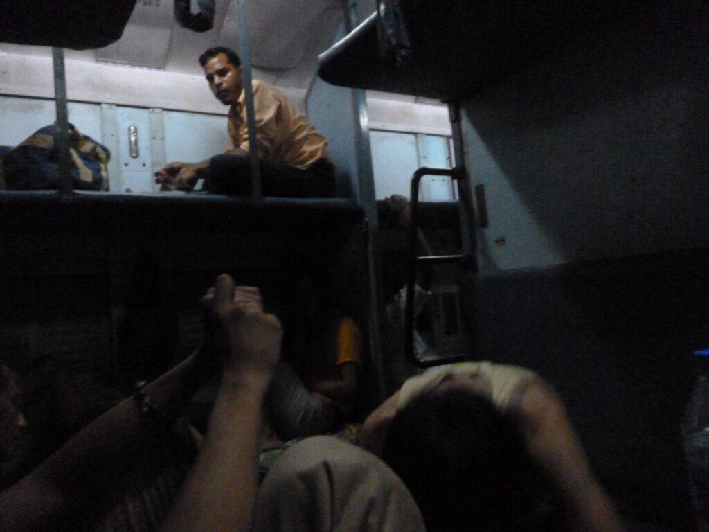 夜行列車の中の様子。盗まれないか心配だった。