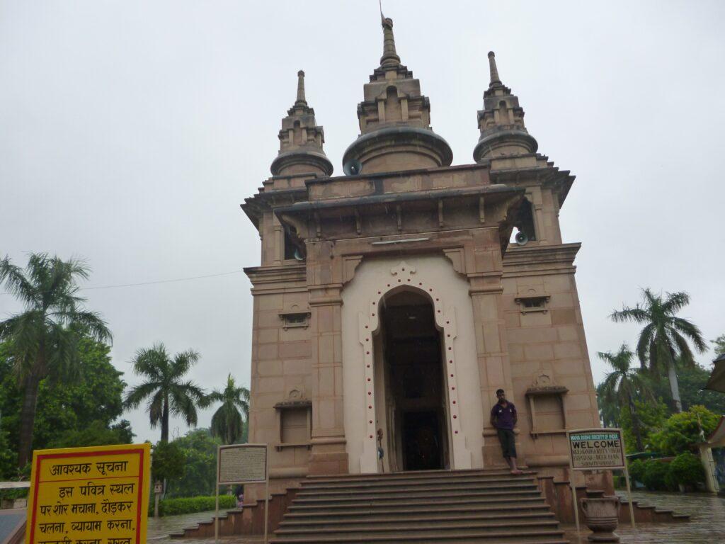 ブッダが初めて説法した地に建てられた寺院、ムールガンダ・クティー寺院