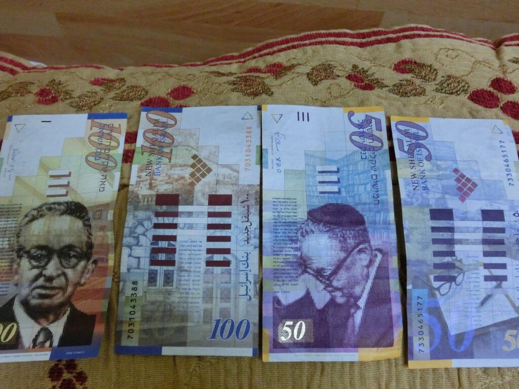 イスラエルシェケル紙幣のデザインは縦型。全世界で縦型紙幣は珍しい。