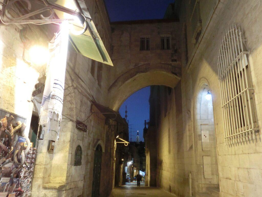 キリスト教徒地区「エッケ・ホモ教会」。写真のアーチは西暦135年のローマ帝国時代に作られた凱旋門の一部