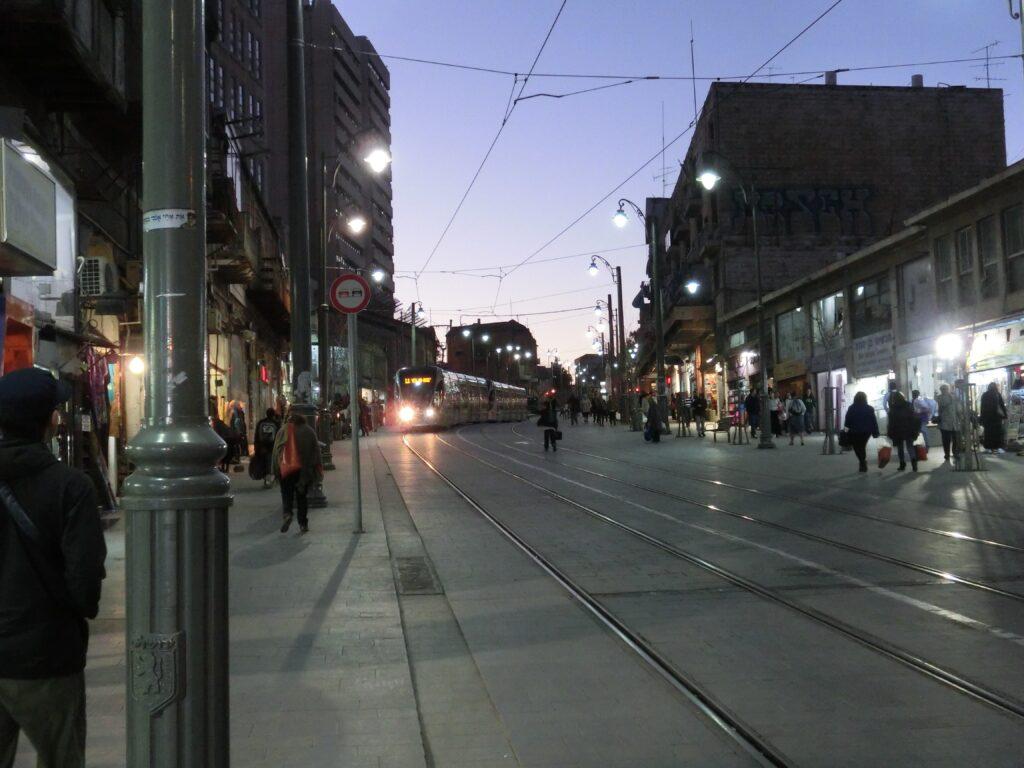 新市街にはLRTが運行されている。