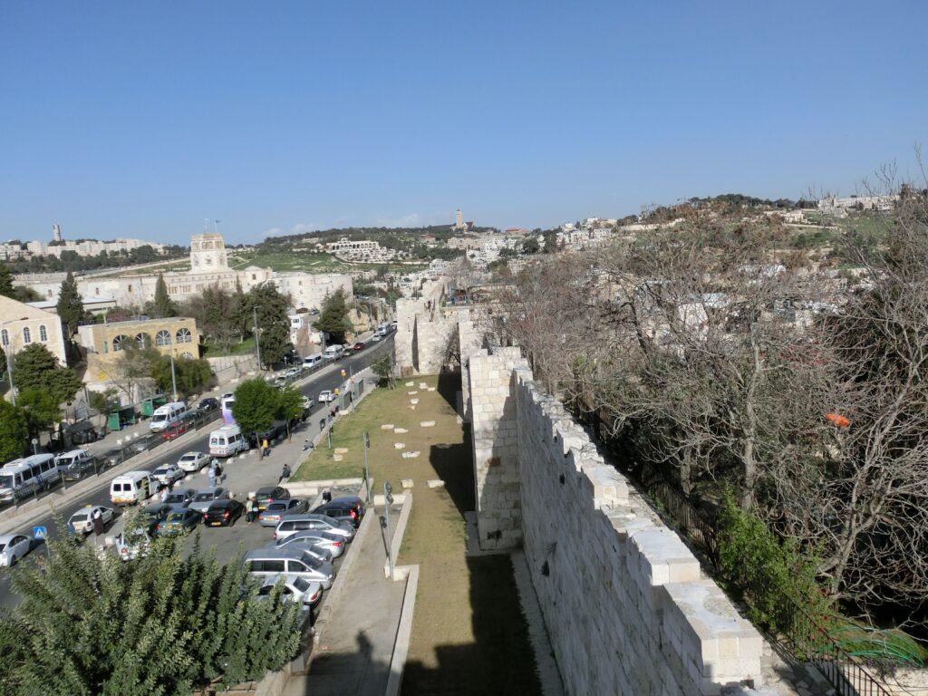 旧市街の城壁は歩くことが可能。