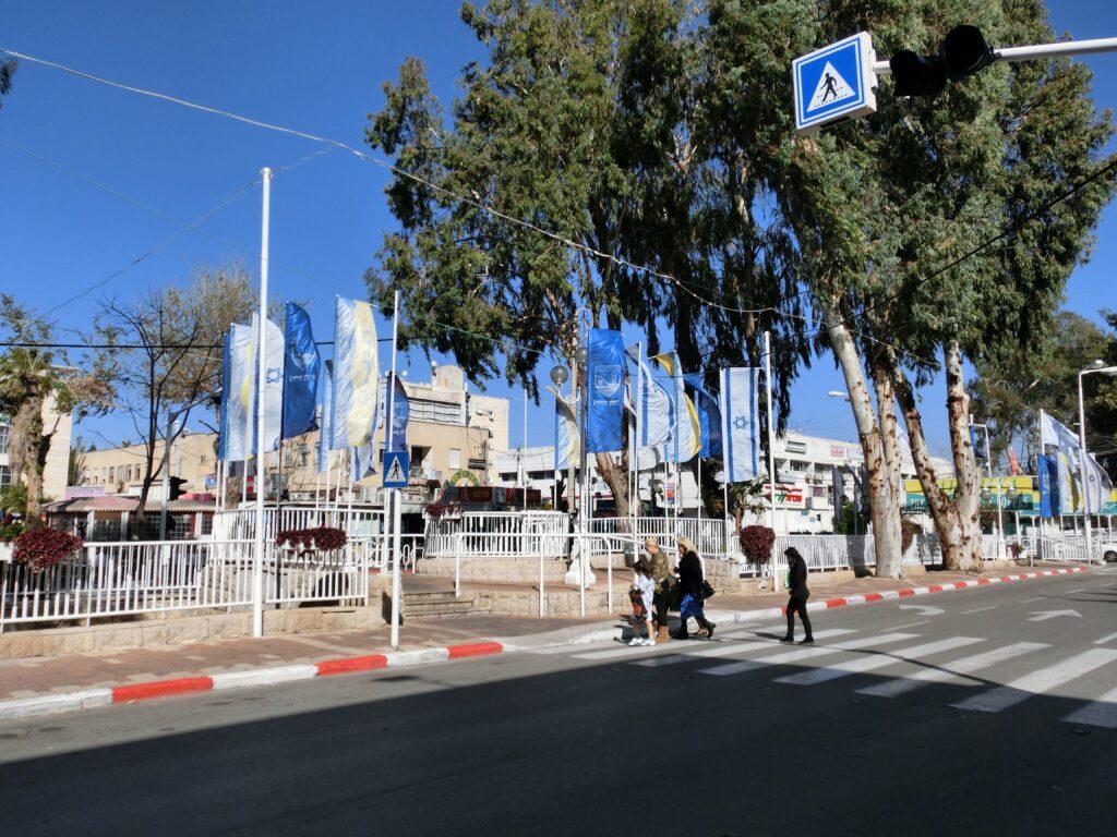 ナハリヤ市街地。至るところでイスラエル国旗が掲揚されている。