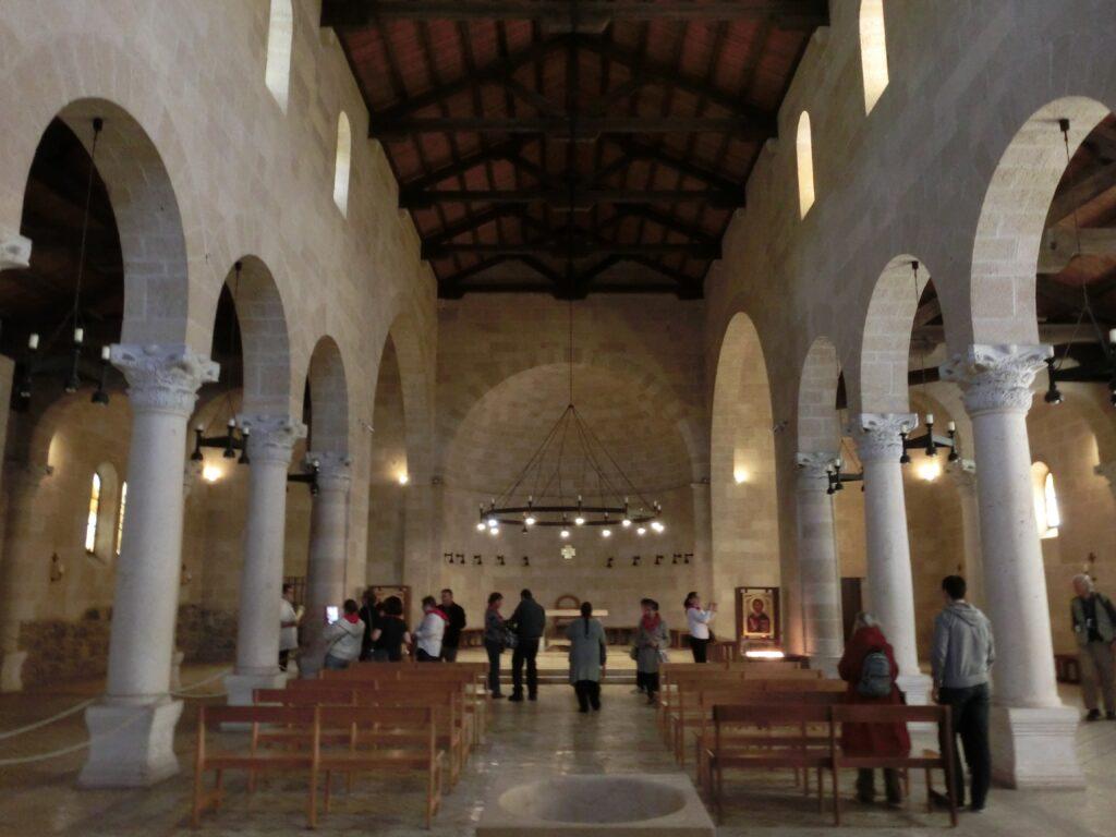 パンの奇蹟の教会の内部