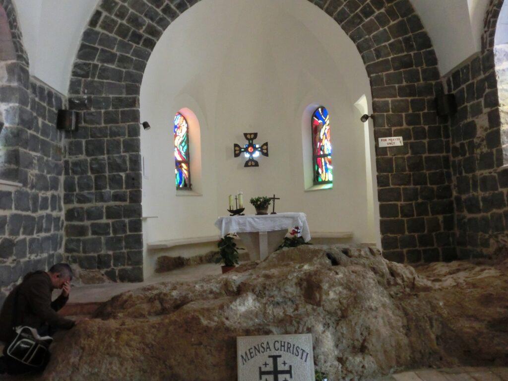 ペテロ首位権の教会の内部。この岩は、キリストの食卓(メンザ・クリスティ)と呼ばれる。