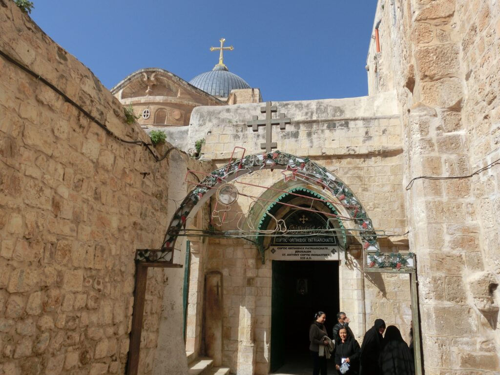 教会入口横にある少し黒ずんだ十字架が刻まれた円柱が、イエスが3回目に倒れた場所。