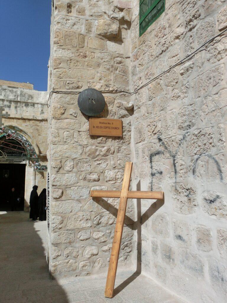 聖墳墓コプト教会の入口前。