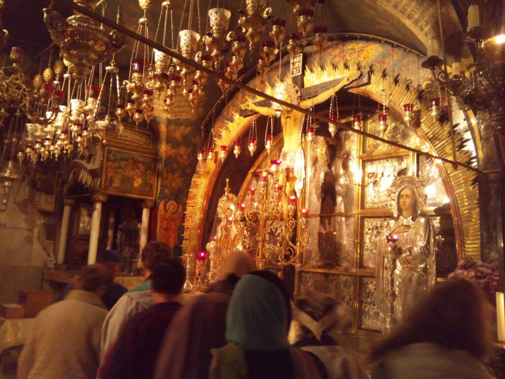 ここで十字架が立てられ息を引き取ったとされる場所。この祭壇の下にある岩に十字架が立てられた。