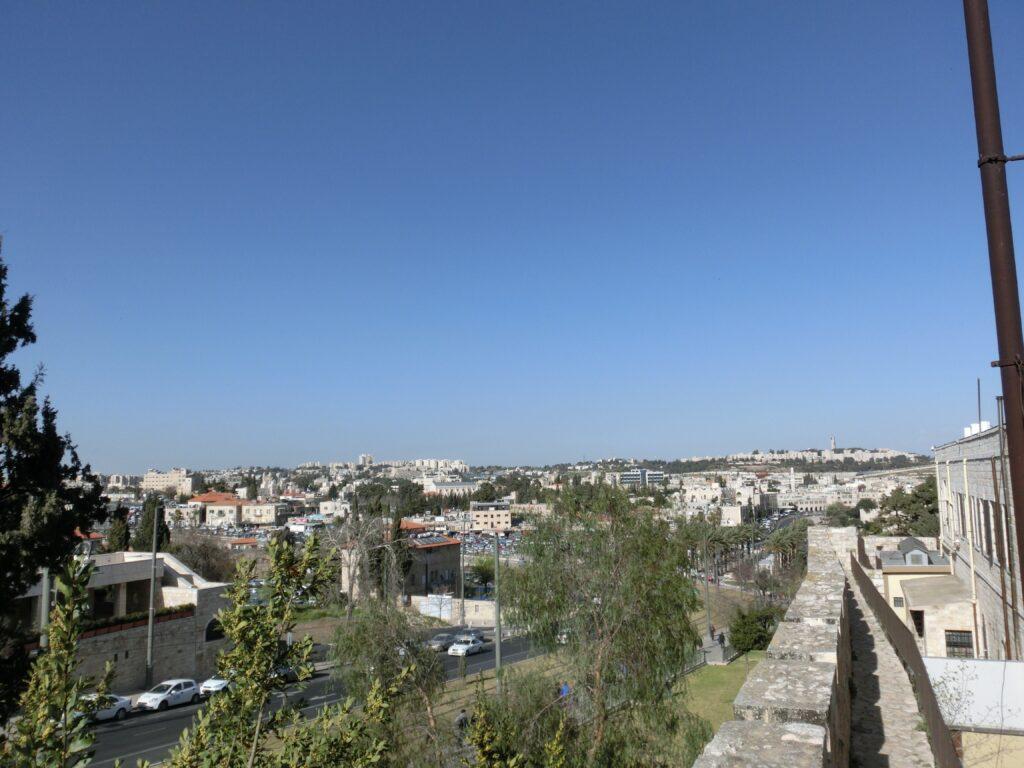 城壁から見た、イスラエルが実効支配している東エルサレム。