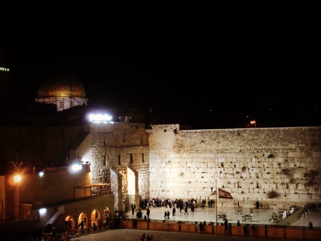 夜の嘆きの壁と岩のドーム。至近距離にユダヤ教とイスラム教の聖地があります。