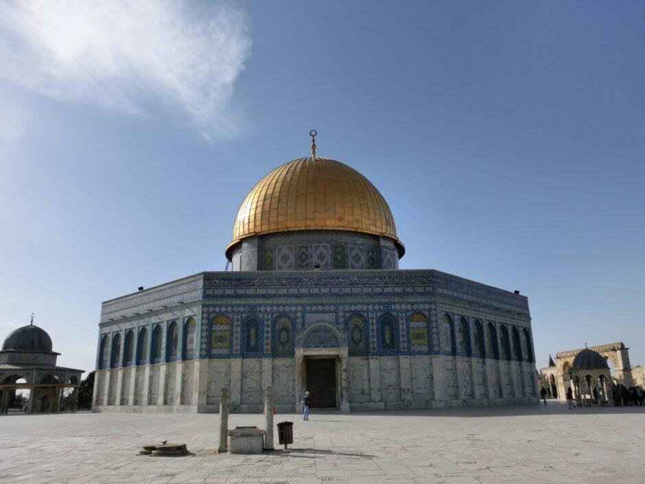イスラム教の第3の聖地「岩のドーム」。青いタイルとの外壁と金色のドームが特徴。