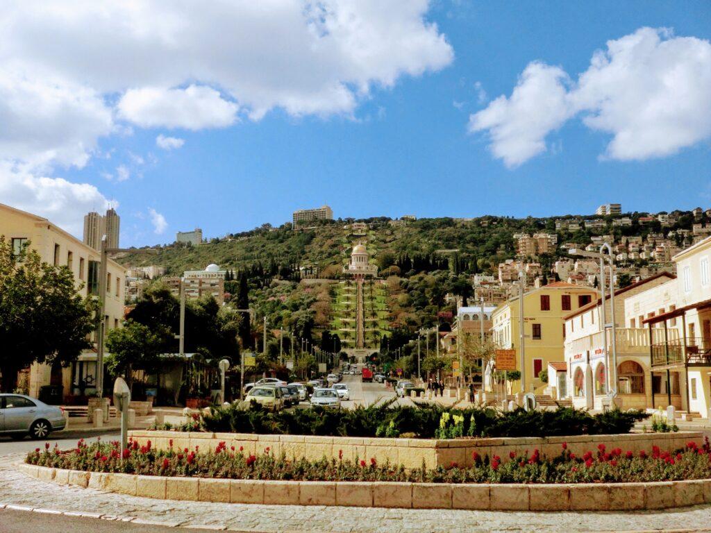 ハイファ市街地から見たバーブ廟とバハーイー庭園