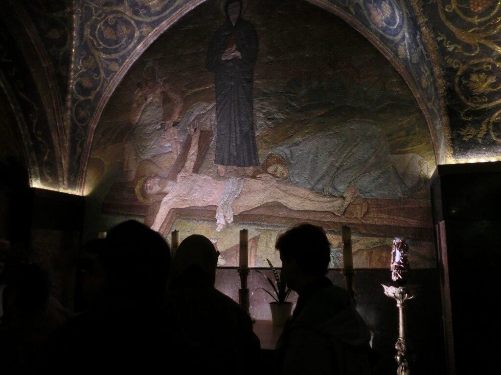 第11留のイエスが十字架に釘づけにされた様子の壁画と祭壇
