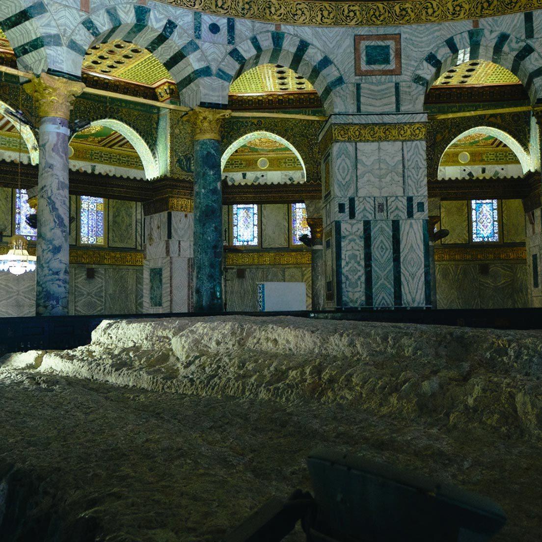ユダヤ民族の父祖アブラハムが自らの子を唯一神ヤハウェの生贄として捧げようとした際に使われた岩。そしてムハンマドがここから昇天した。