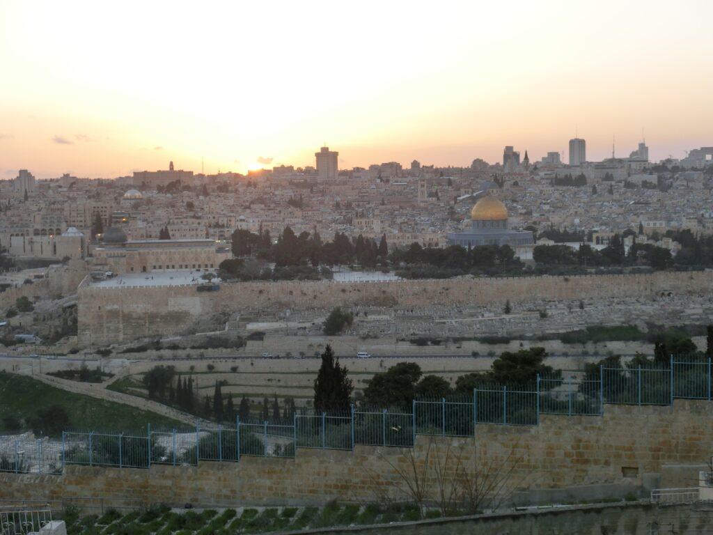 オリーブ山から見た神殿の丘とエルサレム旧市街の夕景は非常に綺麗で心奪われます。