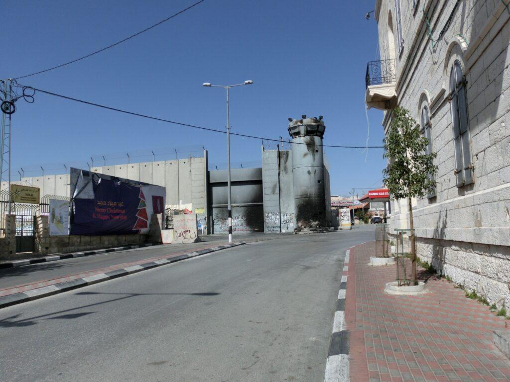 ベツレヘムの分離壁には過去の暴動の傷跡があります。