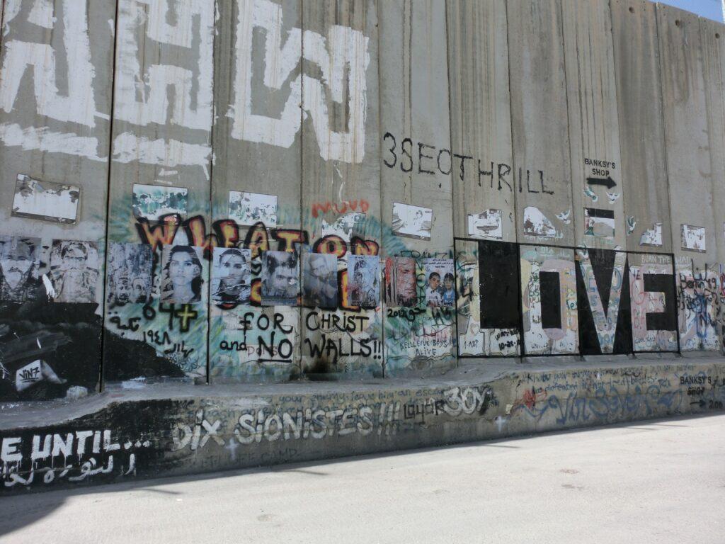 分離壁には様々なメッセージが描かれている。