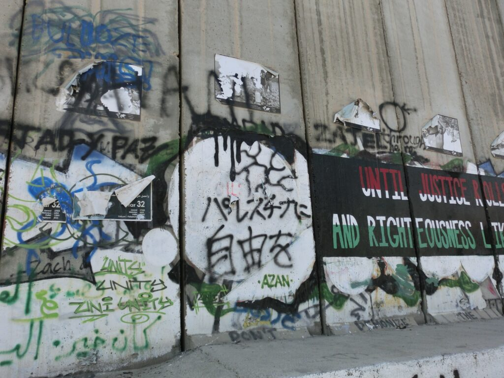 ベツレヘムの分離壁。日本語があったことに驚き。