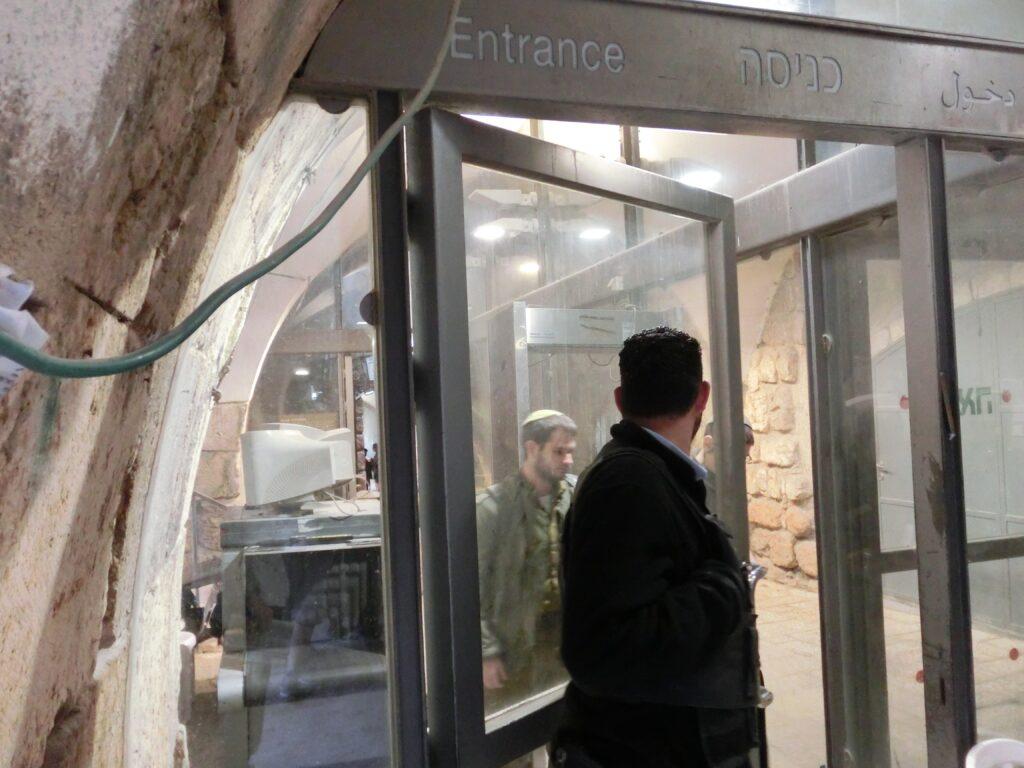 嘆きの壁の広場に入る前に、イスラエル兵によるボディチェックが行われます。