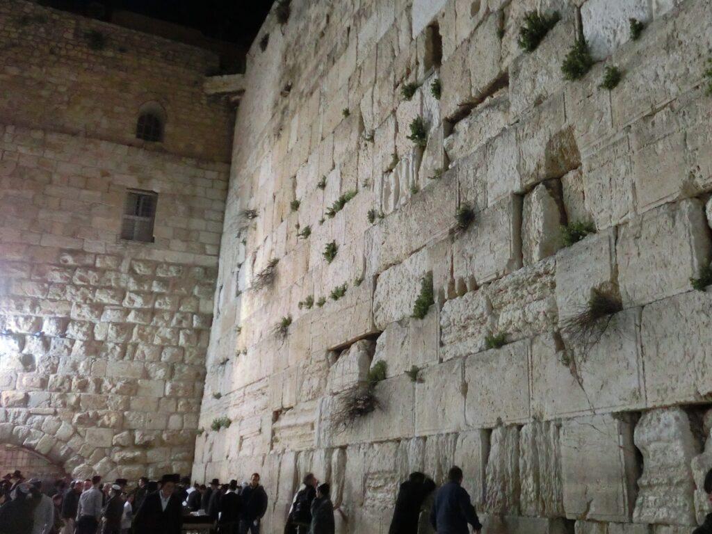 嘆きの壁の直ぐ側の写真。石が人一つ非常に大きい。