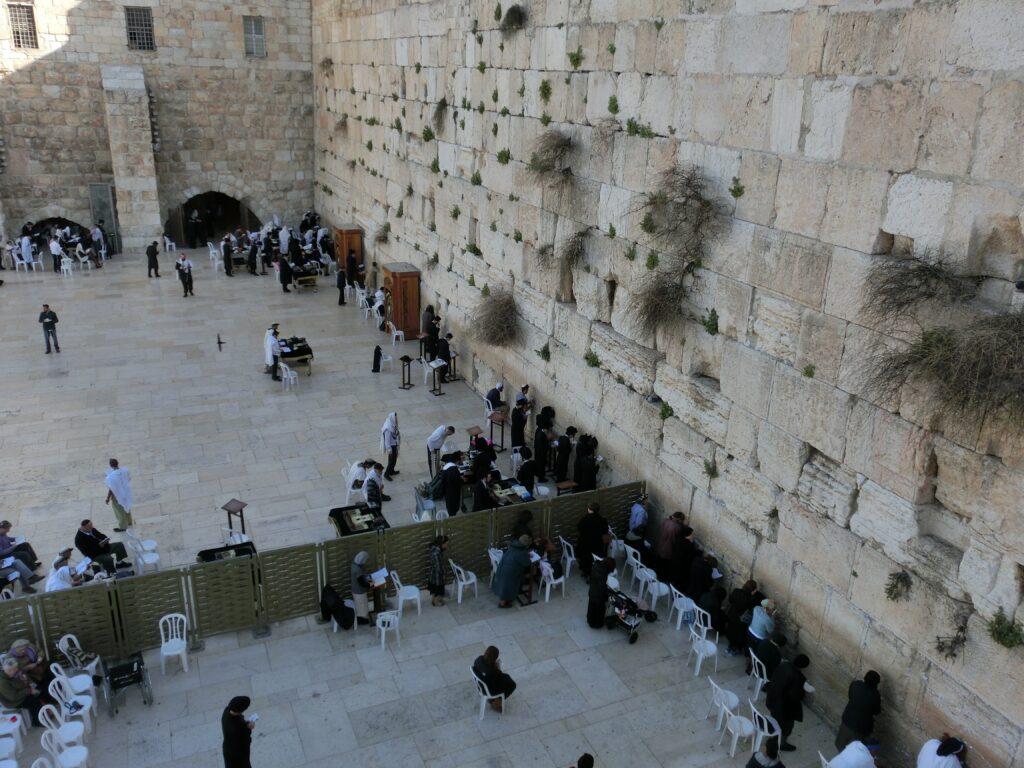 嘆きの壁は、男女でスペースが区切られており、手前が女性側、奥が男性側。