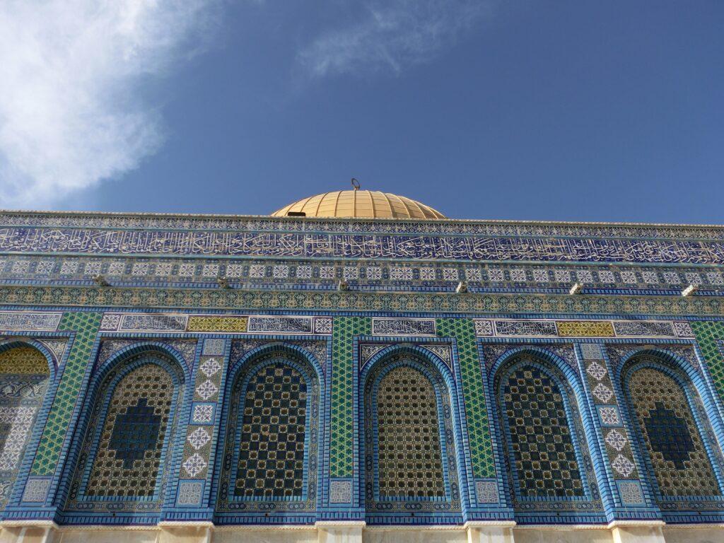 外壁上部は白字でアラビア文字が装飾されています。
