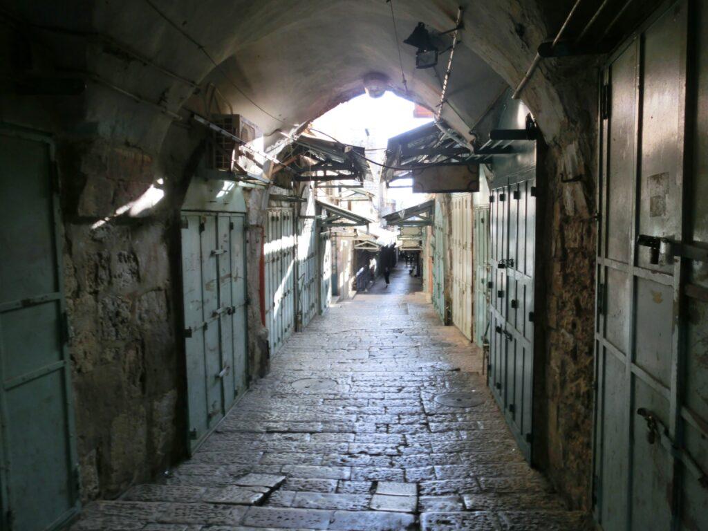 早朝のエルサレム旧市街地は人通りがなく、シャッターで店の入口が閉まっている。