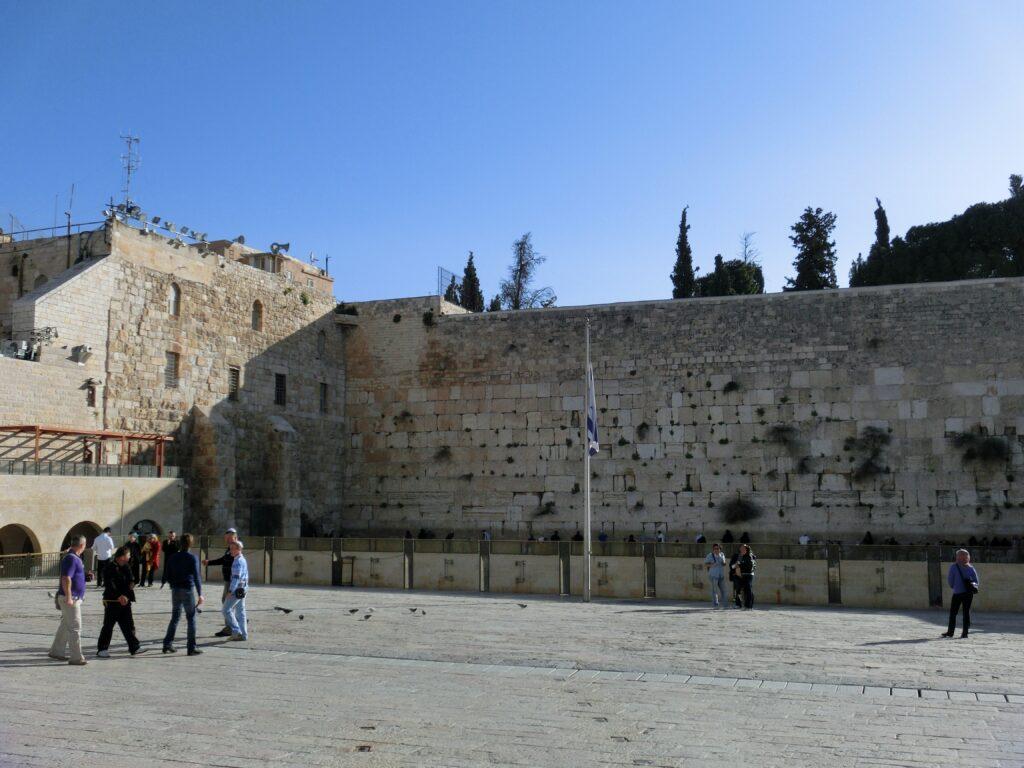 早朝から観光客がちらほら。敬虔なユダヤ教徒が早朝から祈りを捧げていました。