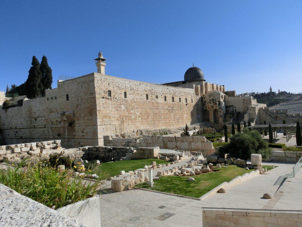 神殿の丘の城壁とアル・アクサー寺院が一体化しています。
