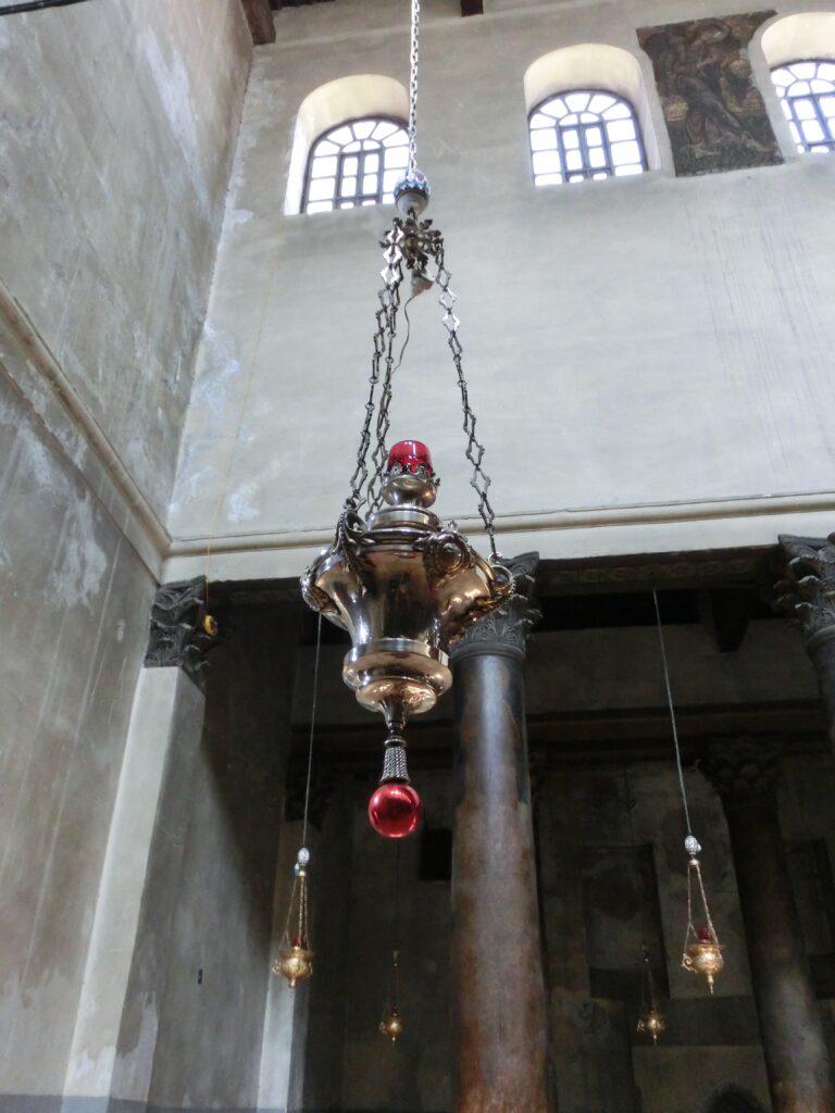 聖誕教会の内部のランプ
