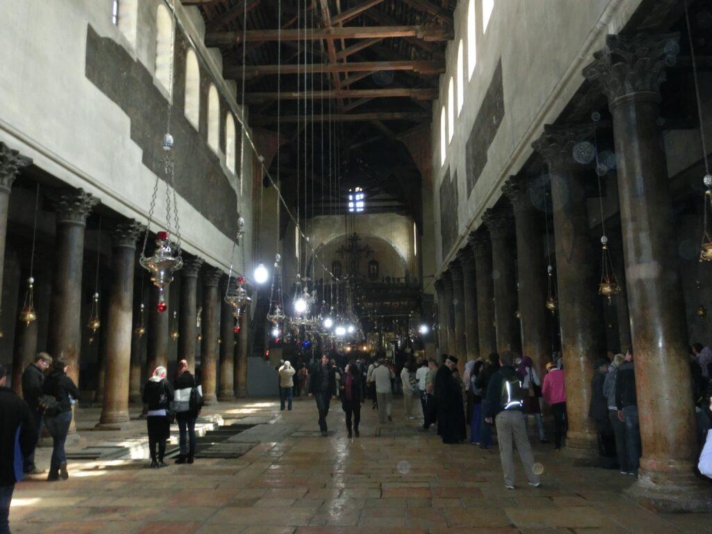 聖誕教会の内部。外装とは裏腹に天井は木造になっている。