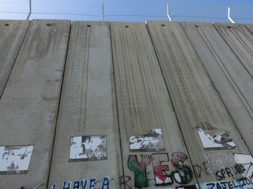 高くそびえ立ったコンクリートの壁により世界が隔絶されている。