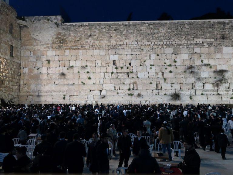 シャバット時には、嘆きの壁にユダヤ教徒がたくさん集まります。