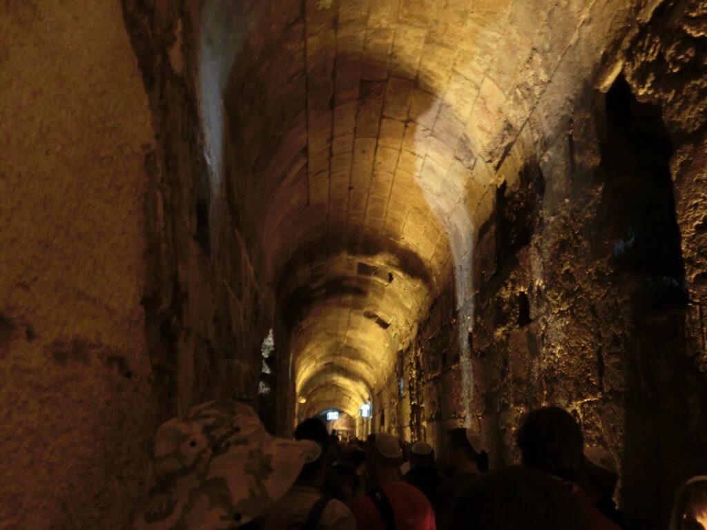 嘆きの壁に沿って掘られています。右側にある壁が、嘆きの壁の地下部分。
