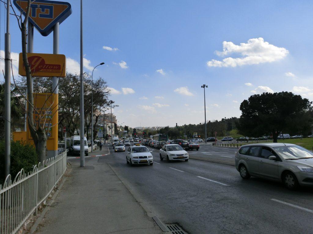 首都機能がある街だけあって交通量も多い。
