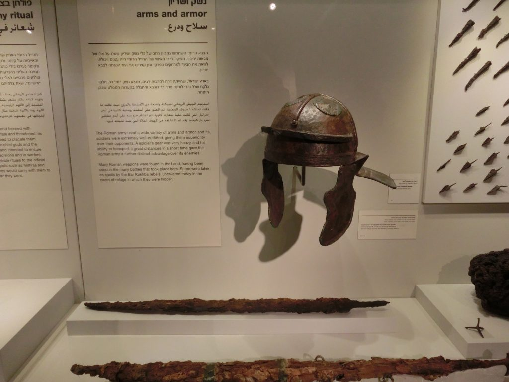 古代ローマ軍が実際に使用した防具と剣が展示されている。